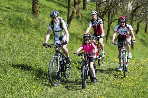 Radfahren mit Kindern in den Bergen