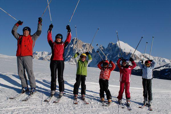Familienausflug mit Skiern auf der Seiser Alm in den Dolomiten